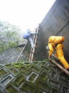 堤防をはしごで越える