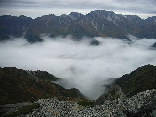 針ノ木岳から見る立山。黒部湖は雲の下