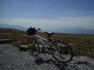 霧ケ峰展望台にて。自転車のハンドルの上に富士山が見えているのですが・・・
