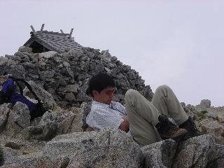 木曽駒の上で昼寝