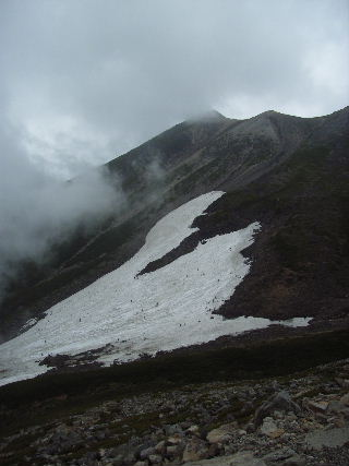 乗鞍岳とスキーをするひとびと