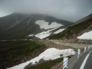 大雪渓を見ながら降りる