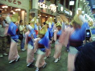 日曜日のパル商店街での志留波阿連女踊り